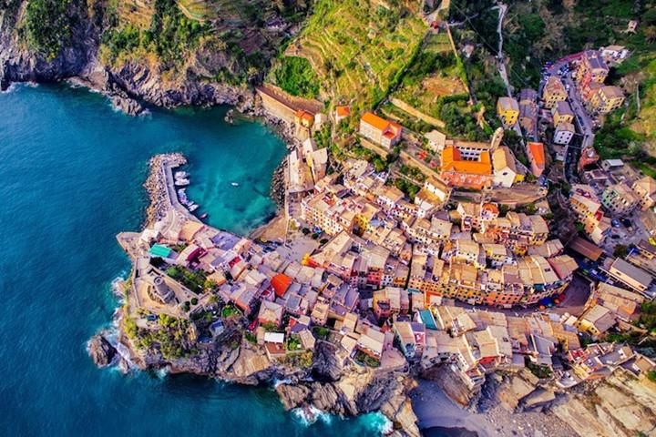 Làng Vernazz ở Cinque Terre, Italy